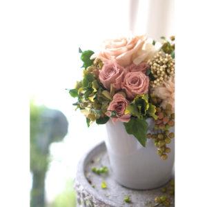 シックなグレーの花器に、大人ピンクのフラワーアレンジ。